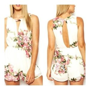 Other - V neck floral print rompers